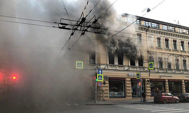 На Петроградской сильный пожар: горит магазин Bosko