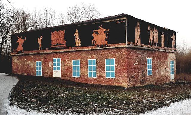 «Созидание и вандализм»: античные произведения на стене в Пушкине