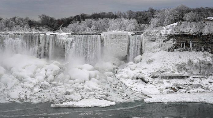 Холодно не только у нас: Ниагарский водопад частично замерз